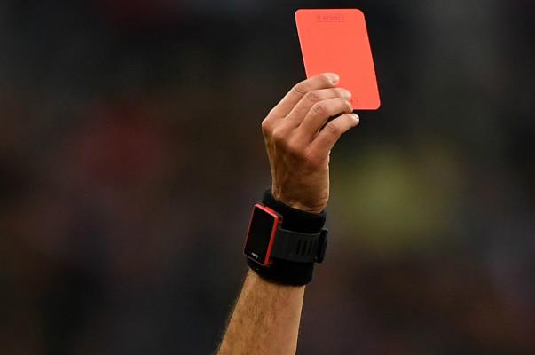 Ֆուտբոլիստը կարմիր քարտ է ստացել խաղադաշտ մտնելուց 7 վայրկյան անց (տեսանյութ)