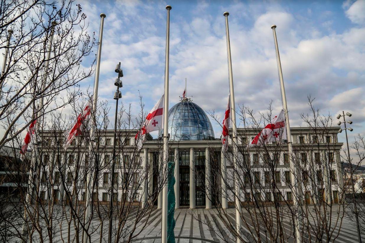 საქართველოს პრეზიდენტის სასახლეზე სახელმწიფო დროშა დაეშვა