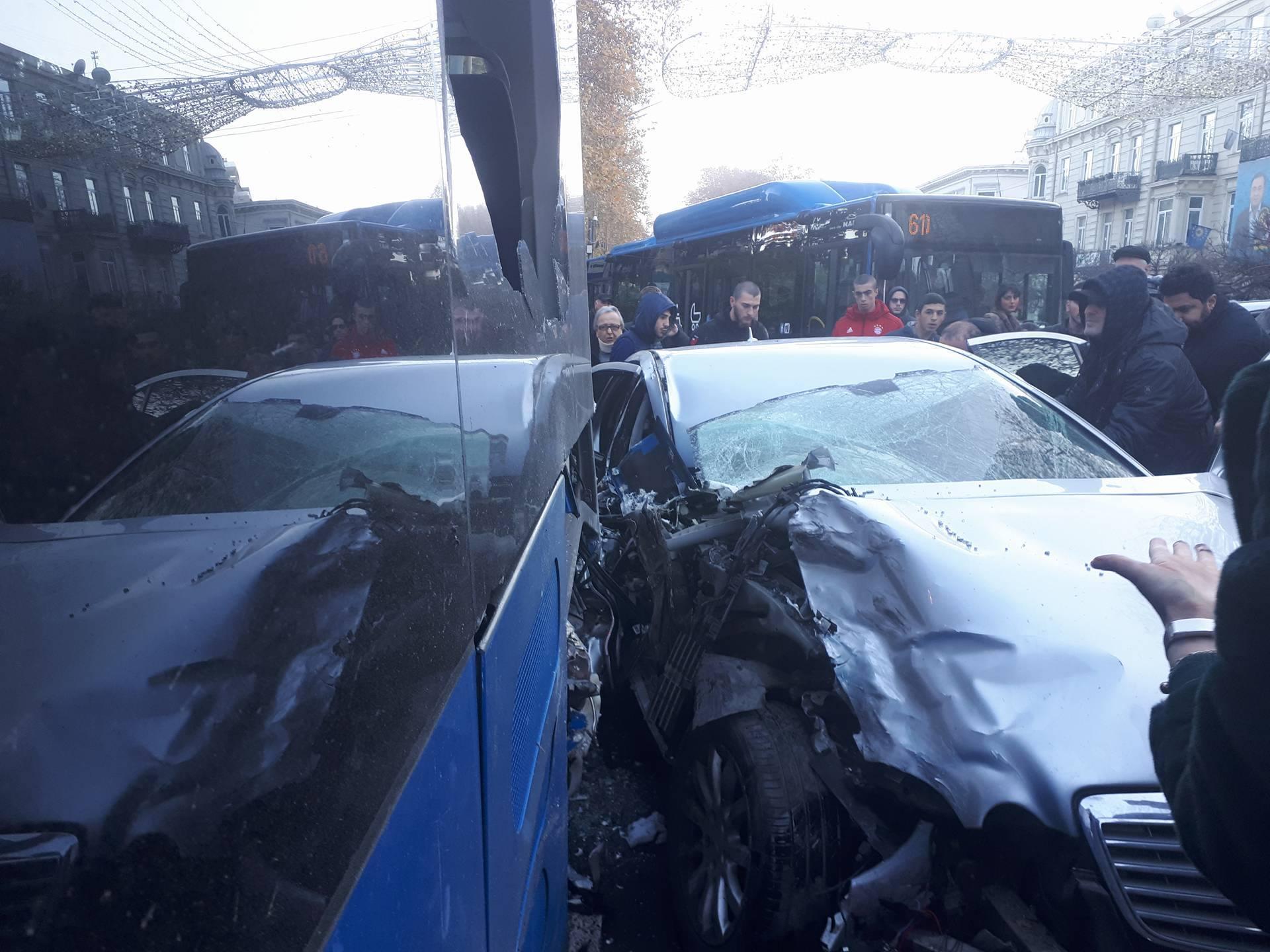 ავარია რუსთაველზე - ორი მსუბუქი მანქანა ლურჯ ავტობუსს შეეჯახა