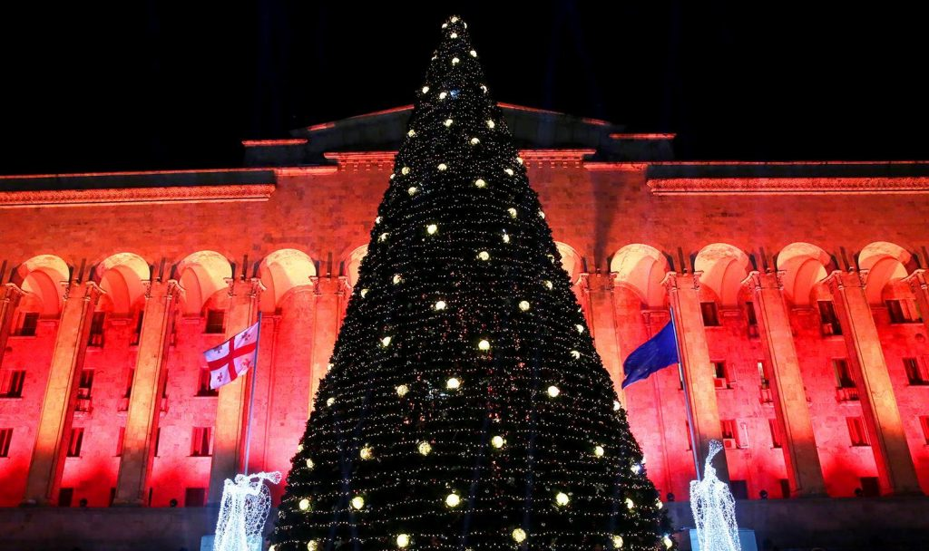 Главную новогоднюю елку Тбилиси зажгут сегодня