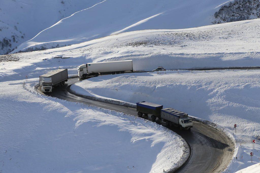 Msxeta-Stepansminda-Larsi avtomobil yolunda hər növ avto nəqliyyat vasitəsi üçün yol açıqdır