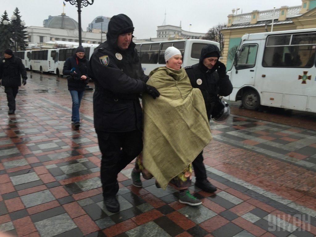 """კიევში, """"კარვების ქალაქში"""" მოძრაობა Femen-ის აქტივისტმა საპროტესტო აქცია  მოაწყო"""