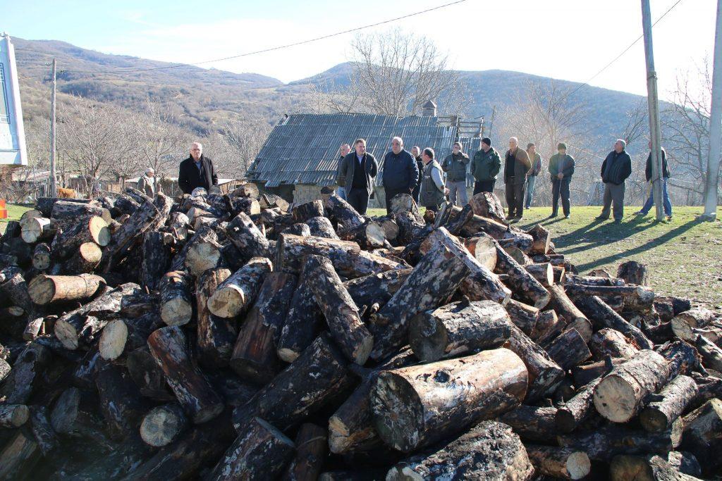 До 30 семей в селе Бакакуреби получили 100 кубических метров древесины