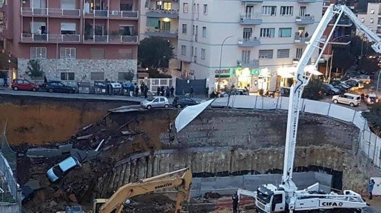 По информации Reuters, дорога в Риме обвалилась вместе с автомобилями