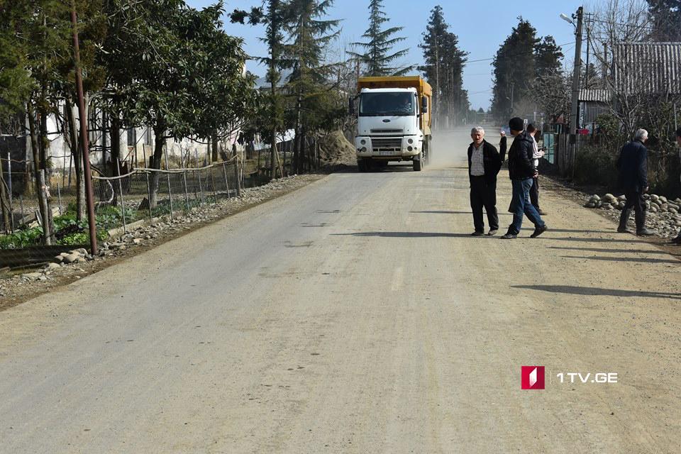 ოზურგეთში, დაბა ლაითურის მოსახლეობა მძიმეწონიანი თვითმცლელი მანქანების გადაადგილებას აპროტესტებს