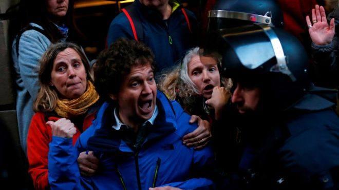 Barselonada polis və müstəqilliyi dəstəkləyən nümayişçilər arasında toqquşma baş verdi
