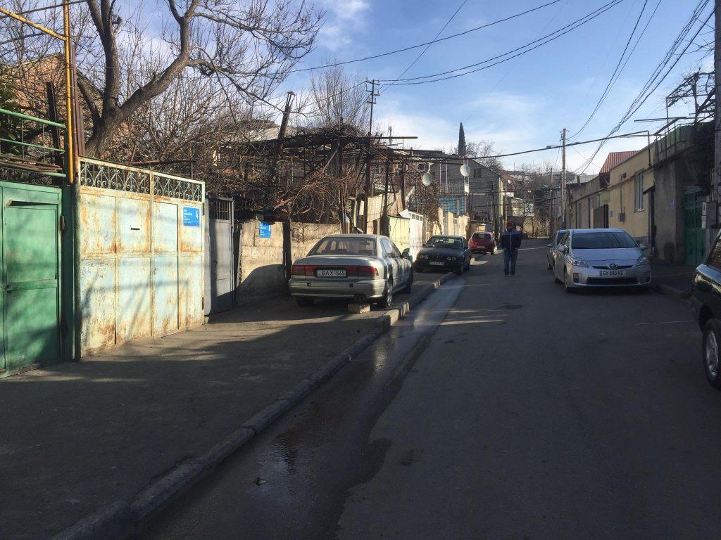 თვითმხილველების ინფორმაციით, ლომთათიძის ქუჩაზე მოკლული მამაკაცი ერთ-ერთ ოჯახში სტუმრად იმყოფებოდა