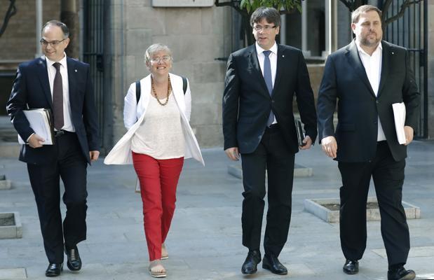 კატალონიის განათლების ყოფილი მინისტრი, კლარა პონსატი შოტლანდიის სამართალდამცავებს  ჩაბარდა
