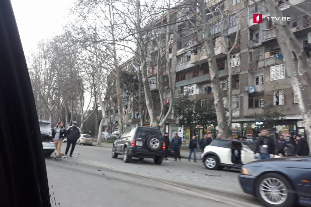თბილისში, ბელიაშვილის ქუჩაზე ავარიის შედეგად ორი ადამიანი დაშავდა