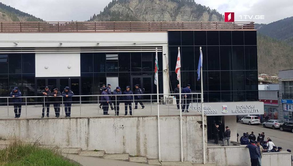 ბორჯომის საკრებულოსთან საპატრულო პოლიციაა მობილიზებული