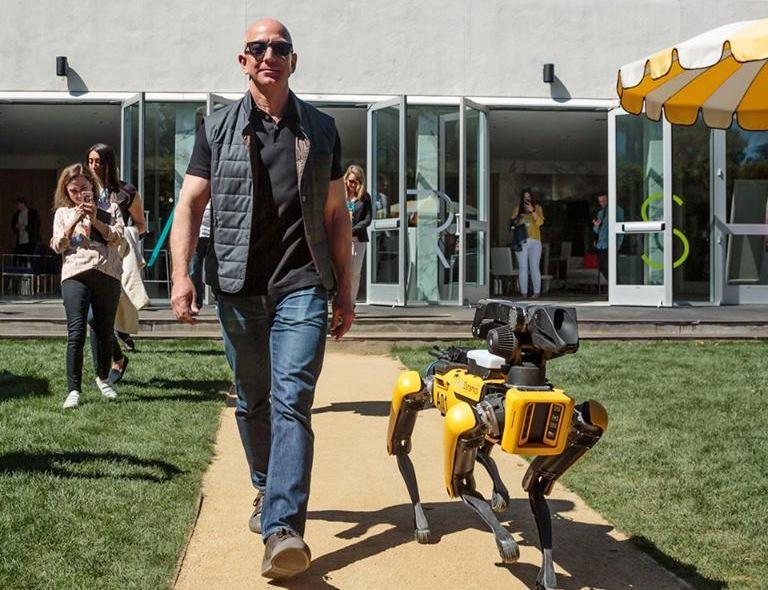 "Amazon-ის ხელმძღვანელმა რობოტი ძაღლი ""გაასეირნა"""