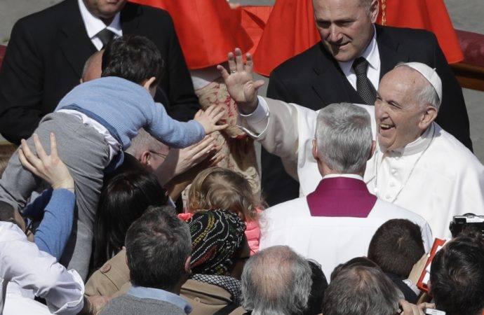რომის პაპმა წმინდა პეტრეს მოედანზე შეკრებილ მორწმუნეებს აღდგომის დღესასწაული მიულოცა