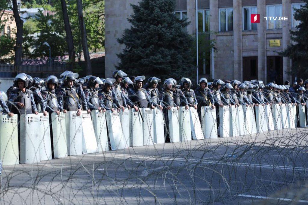 Ermənistan parlamentində baş nazirin seçilməsi ilə paralel olaraq, Erevanın mərkəzində etiraz aksiyası keçirilir