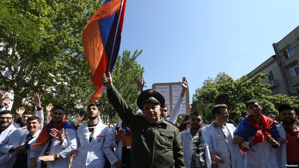 Երևանում ուսանողները կոչ են անում դասախոսներին միանալ ցույցին