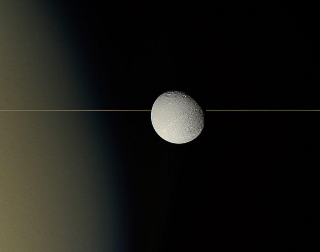 სატურნის მთვარე დიონა რგოლების პირისპირ - NASA საუცხოო ფოტოს აქვეყნებს