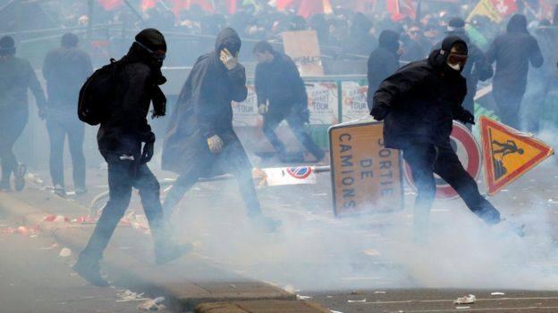 პარიზის პოლიციამ 200-მდე შენიღბული დემონსტრანტი დააკავა