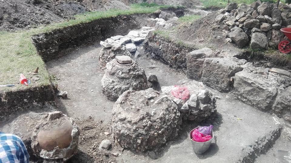 გელათში სავარაუდოდ მე-14 ან მე-16 საუკუნის პერიოდის ქვევრები და კედლის ნაწილები აღმოაჩინეს [ვიდეო]