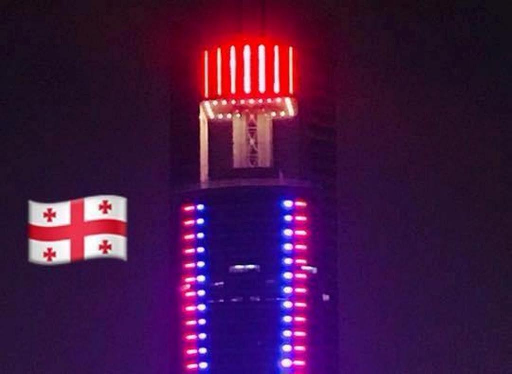 Небоскрёбы в столице Саудовской Аравии подсветили в цвета флага Грузии [фото]