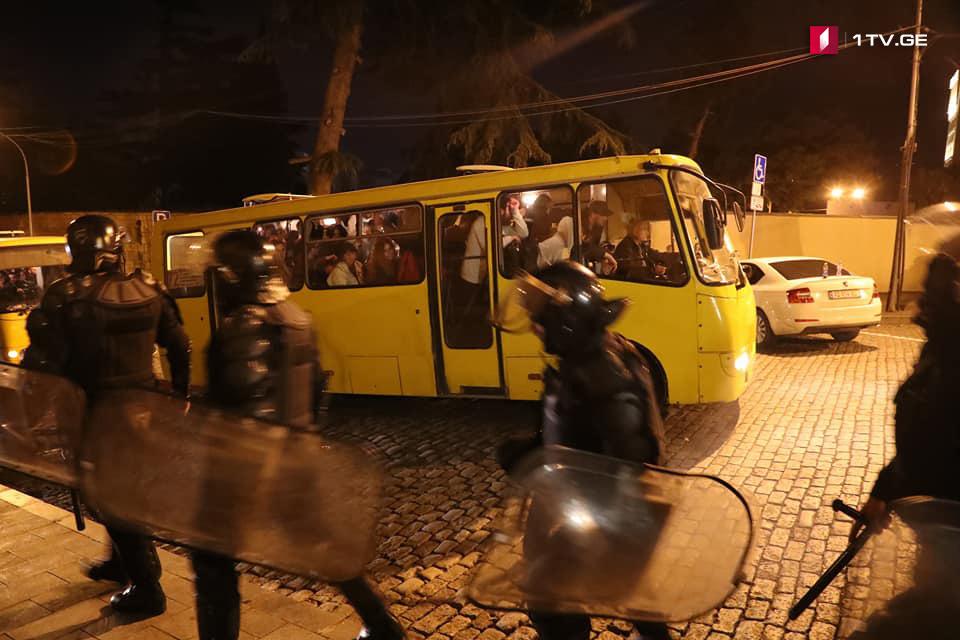 """""""თეთრი ხმაურის მოძრაობის"""" აქციის მონაწილეები პარლამენტის მიმდებარე ტერიტორიიდან ავტობუსებით გაიყვანეს [ფოტო]"""