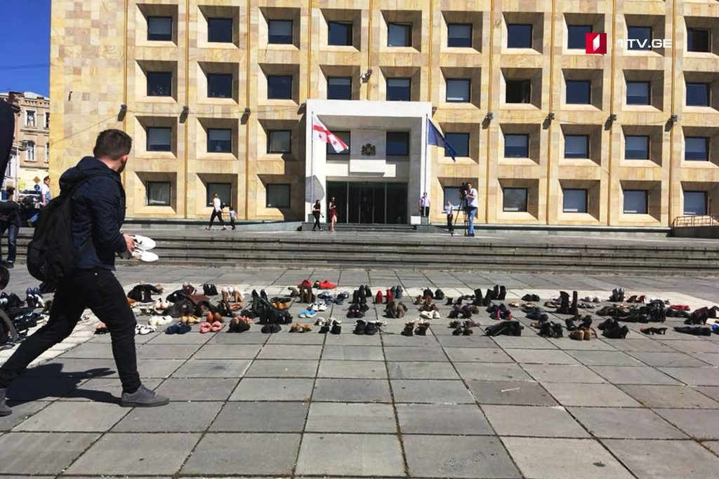 """Members of """"Do Not Kill Me"""" Movement bring old shoes to Governmental Administration"""