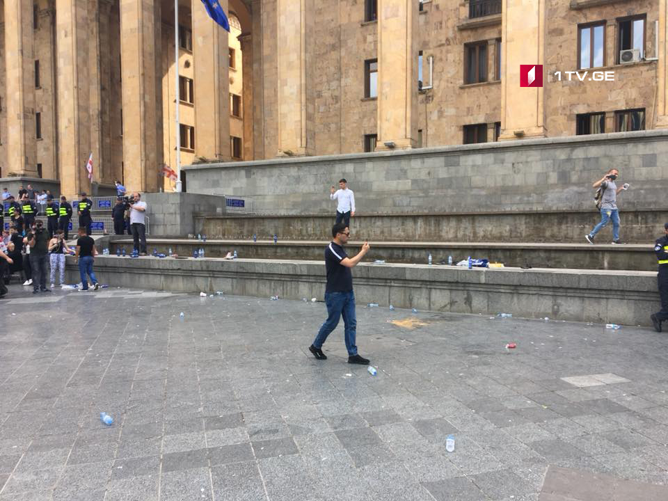 Police dismantled tents in front of the parliament