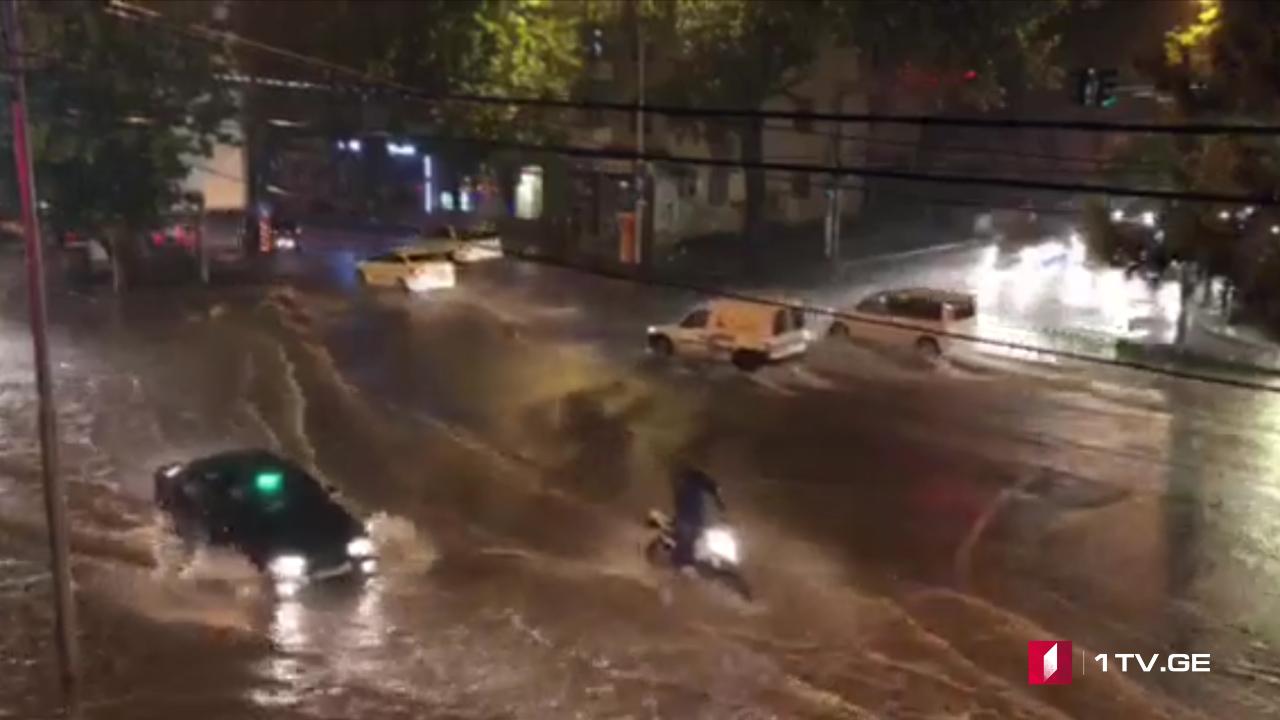 ძლიერმა წვიმამ დედაქალაქში პრობლემები შექმნა