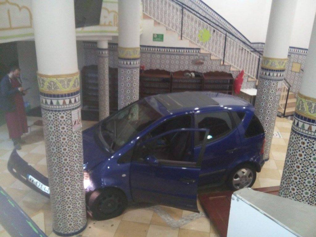 საფრანგეთის ქალაქ მონს-ან-ბარიოლში უცნობი პირი ავტომობილით მეჩეთში შეიჭრა