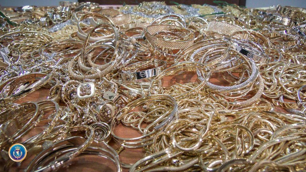 დიდი ოდენობით ოქროს ნაკეთობების კონტრაბანდის ფაქტზე სამი პირი პასუხისგებაში მისცეს
