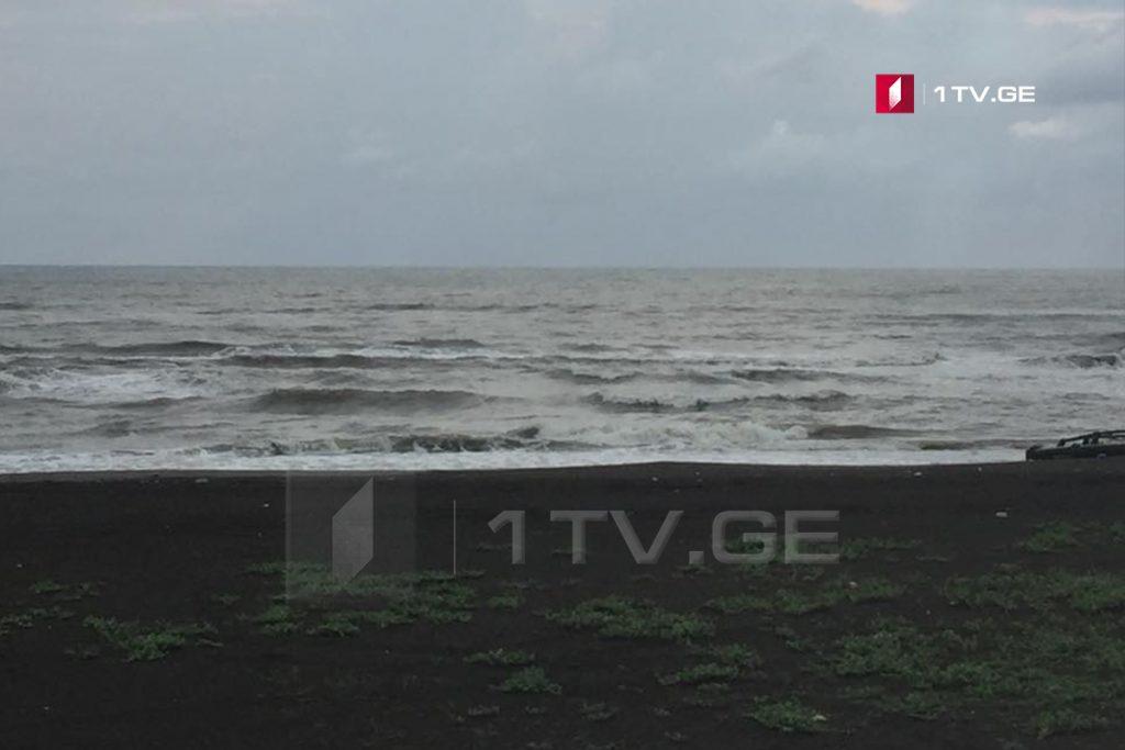 Поиски утонувшего в море мужчины приостановлены из-за шторма