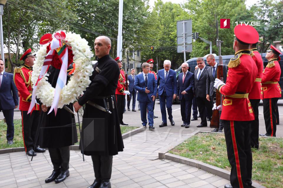 Давид Залкалиани и его польский коллега возложили венки к мемориалу Леха Качиньского