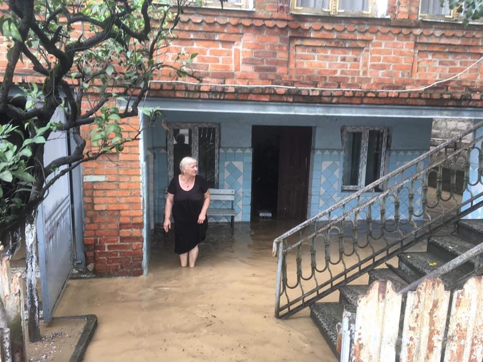 სენაკში ძლიერი წვიმის შედეგადათეულობით ოჯახს საყოფაცხოვრებო ნივთები გაუნადგურდა