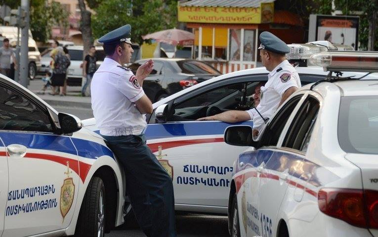 სომხეთის პოლიციის პრესსამსახურის ინფორმაციით, პოლიციის მთავარ განყოფილებას ლგბტ თემის წარმომადგენლები თავს დაესხნენ