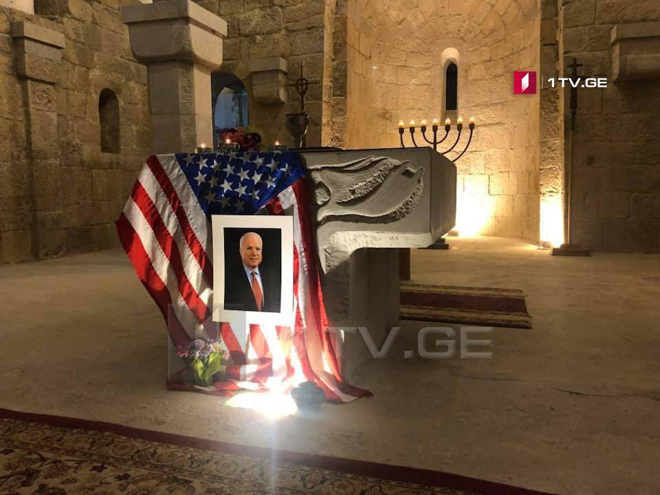 თბილისში, მშვიდობის კათედრალში სენატორ ჯონ მაკკეინის პანაშვიდი მიმდინარეობს