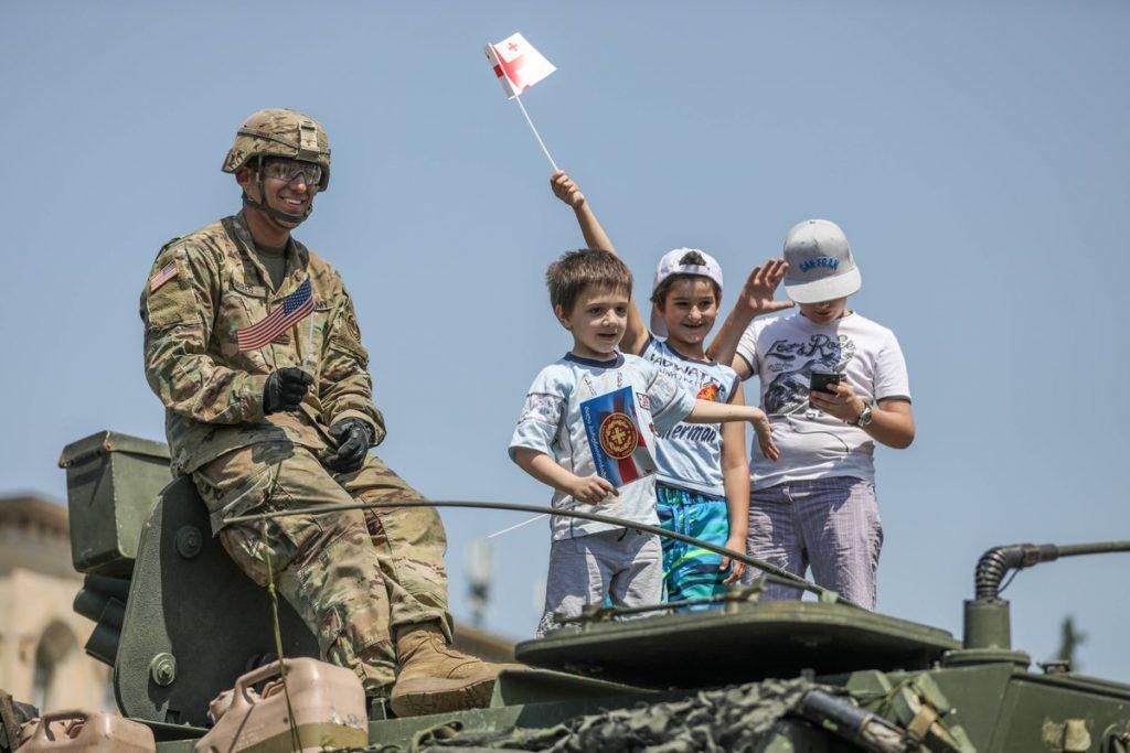 აშშ-ის სამხედრო უწყება გორელი ბავშვებისა და ამერიკელი სამხედროს ფოტოს აქვეყნებს