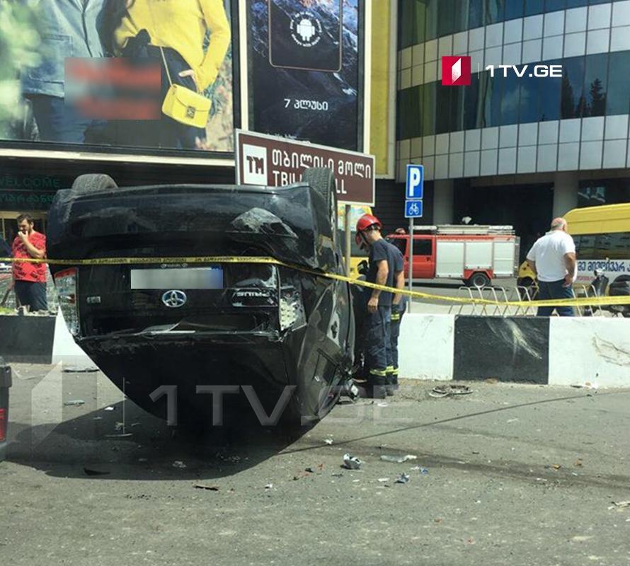 В Тбилиси микроавтобус столкнулся с легковым автомобилем (фото)