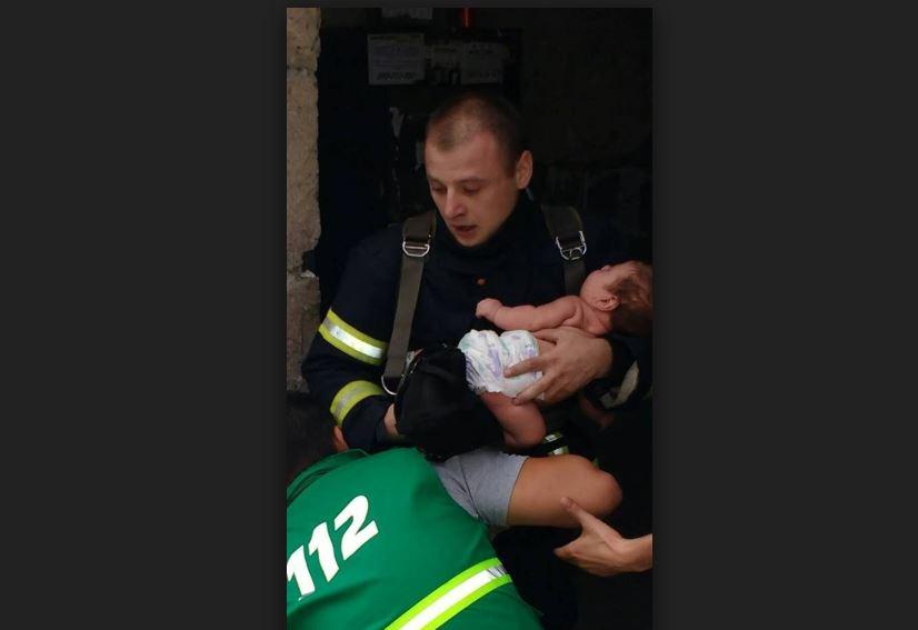 Спасатель-пожарный, который спас младенца, получит денежное вознаграждение и поедет на учебный курс заграницу