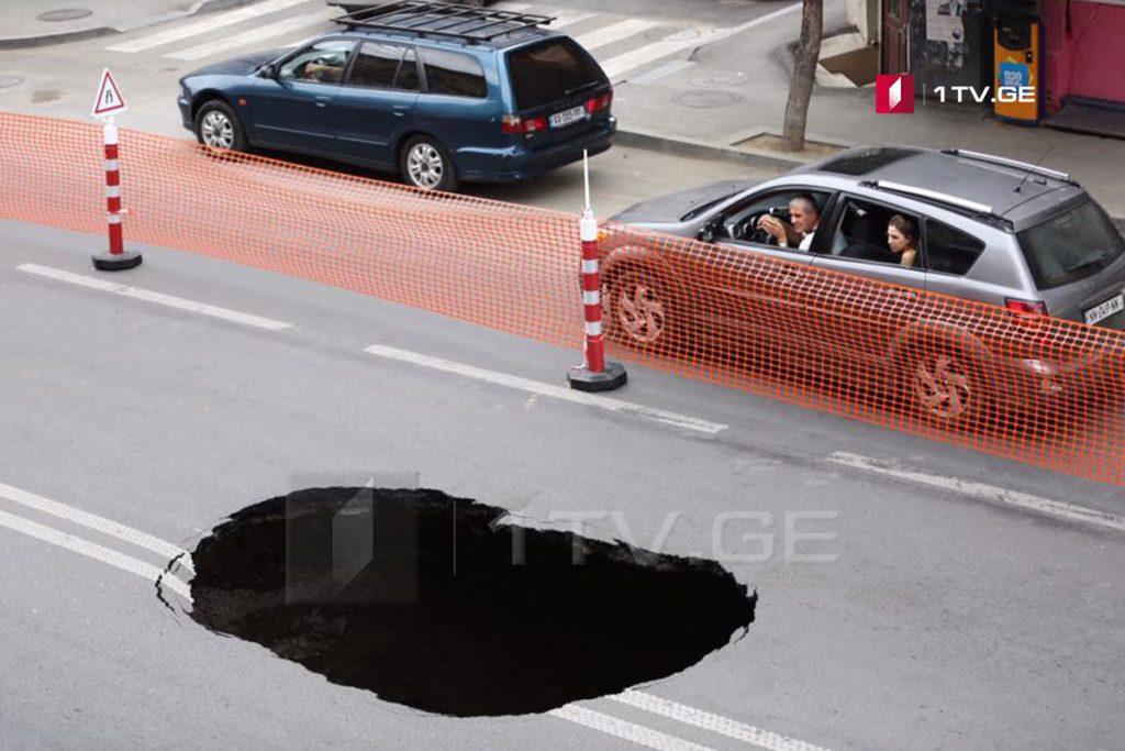 თბილისში, ჩიტაიას ქუჩაზე ასფალტის საფარი ჩაინგრა [ფოტო]