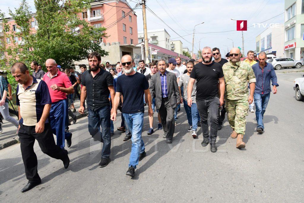 Участники акции у центральной магистрали проводят шествие к краевой администрации Шида Картли