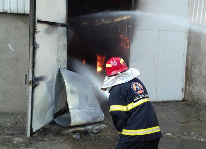 В мебельном цехе в Тбилиси произошел пожар