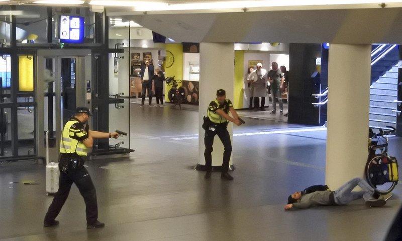 ამსტერდამის სადგურში მამაკაცმა გამვლელები დანით დაჭრა