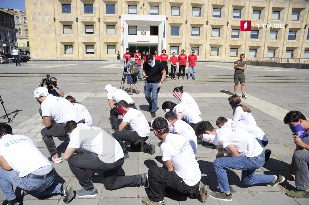 შავი ზღვის უნივერსიტეტის სტუდენტებმა საპროტესტო აქცია-პერფორმანსი გამართეს