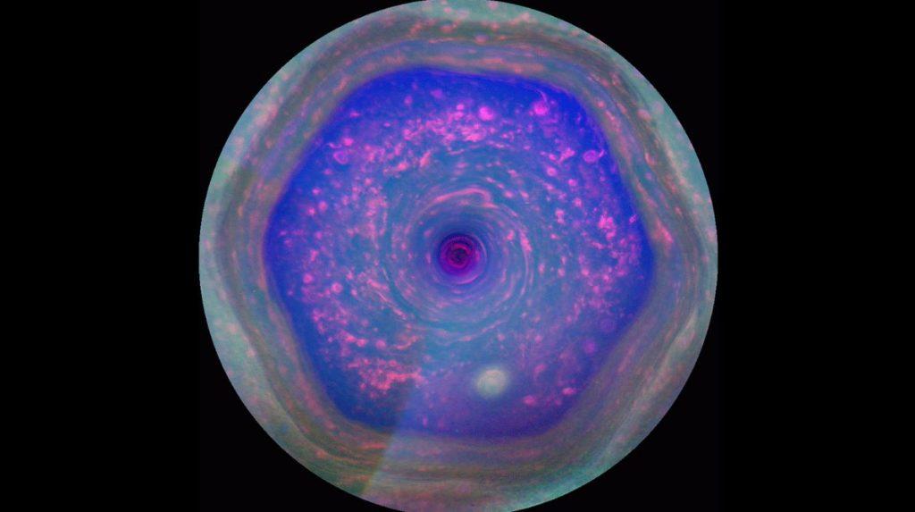 სატურნის ექვსკუთხედის თავზე უცნაური სტრუქტურა აღმოაჩინეს
