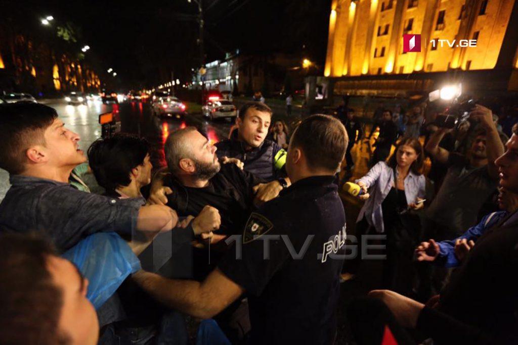 Полиция не позволяет собравшимся возле здания парламента в Тбилиси участникам акции устанавливать палатки и перекрыть дорогу (фото)