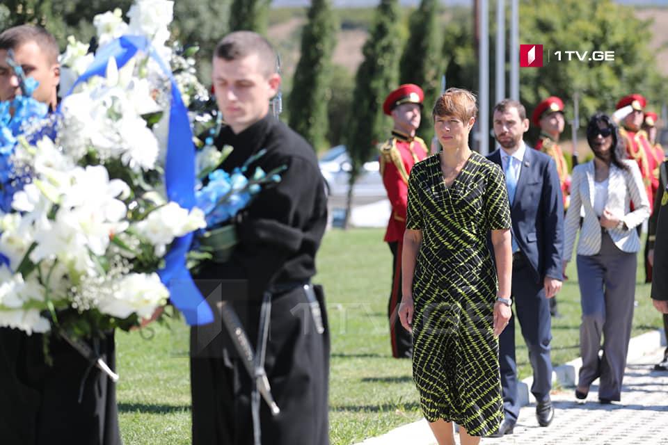 Estoniya prezidenti Gürcüstana səfərini Arçil Tatunaşvilinin məzarına gül-çiçək dəstələrini aparmaqla başladı