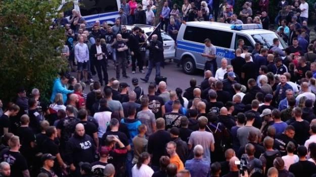 გერმანიის ქალაქ კიოტენში22 წლის გერმანელის მკვლელობის შემდეგ მოსახლეობამ საპროტესტო აქციები გამართა