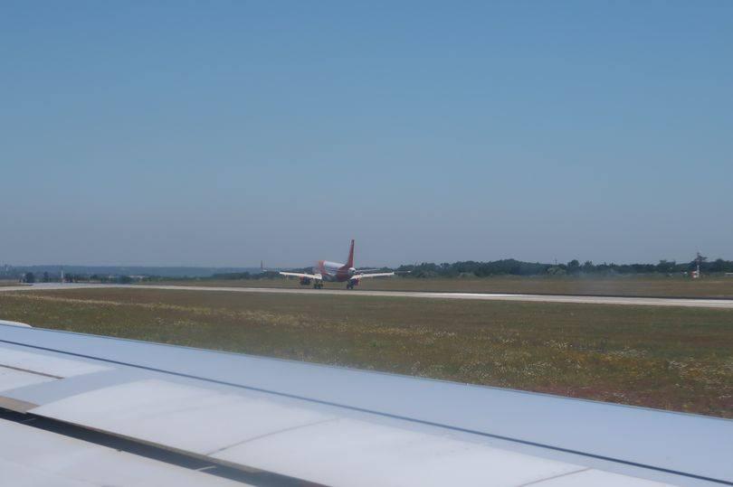 В аэропорту Лиона мужчина выскочил на автомобиле на взлетную полосу