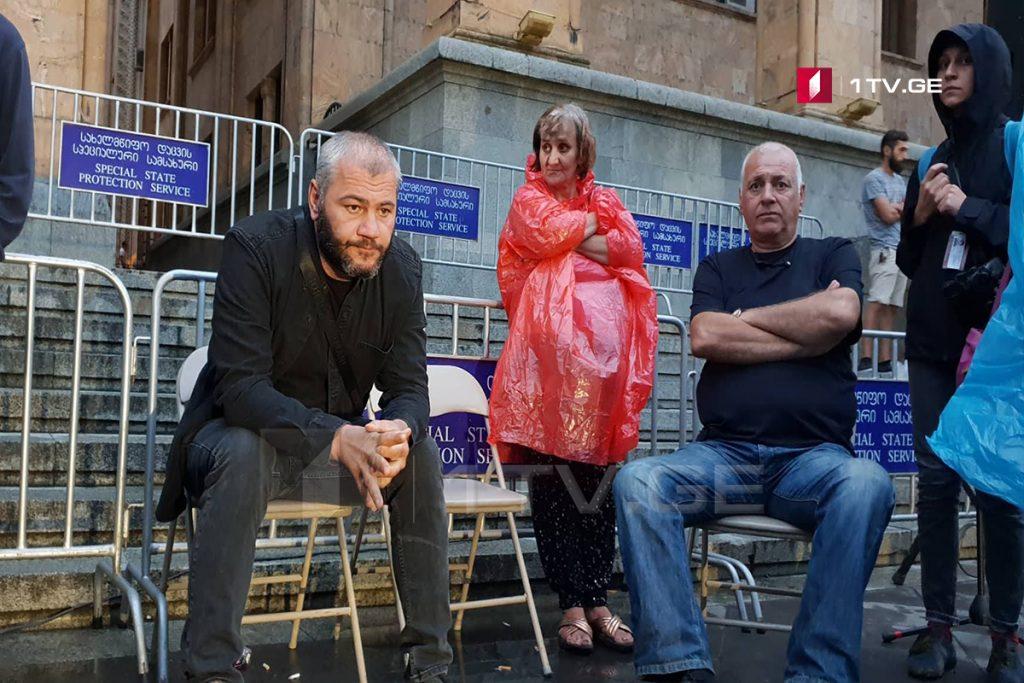 Заза Саралидзе начал голодовку у здания парламента