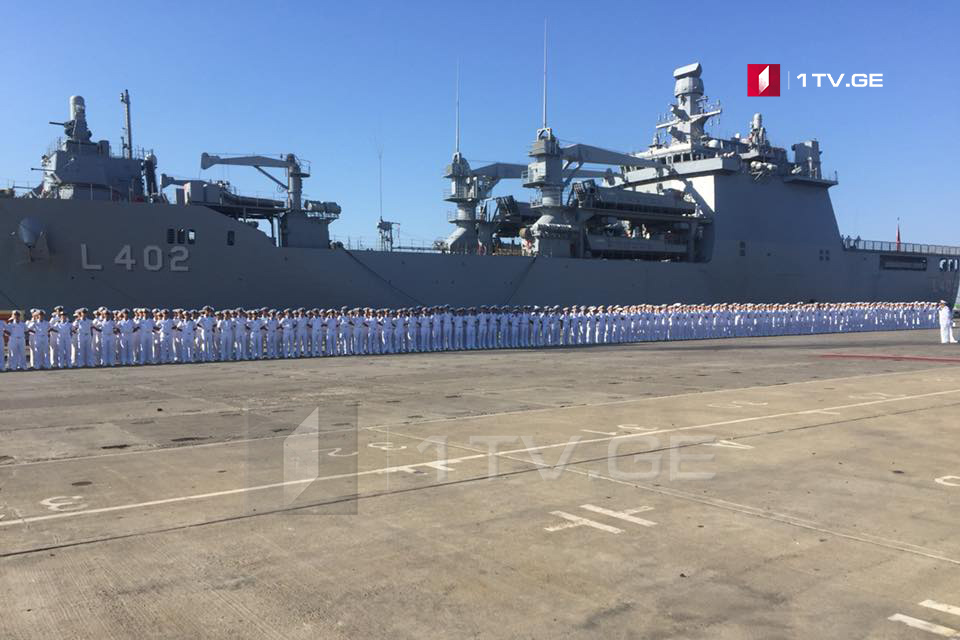 Турецкий корабль TCG Bayraktar вошел в порт Поти [фото]