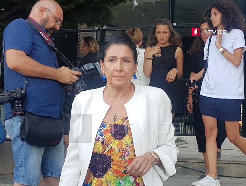 Саломе Зурабишвили представила в ЦИК подписи её сторонников