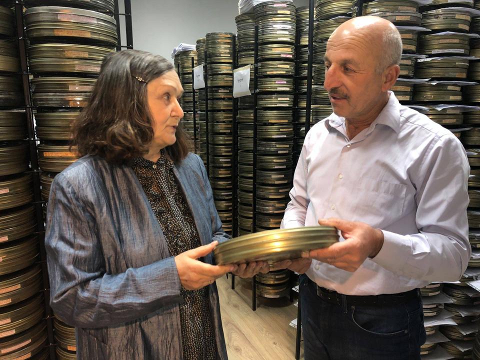 """კინოსტუდია """"ქართულ ფილმს"""" ლიანა ელიავამ საკუთარი ფილმები გადასცა"""
